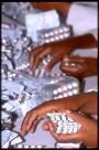 Bild: Hände sortieren Tablettenblister