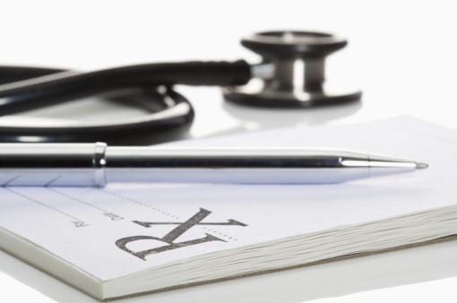 Bild zeigt Stethoskop und Rezeptblock mit Kugelschreiber