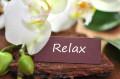 """Bild: Blüten mit handgeschriebenem Schild """"Relax"""""""